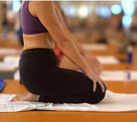 mujer practicando hot yoga